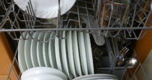 Geschirr läuft in Spülmaschine an